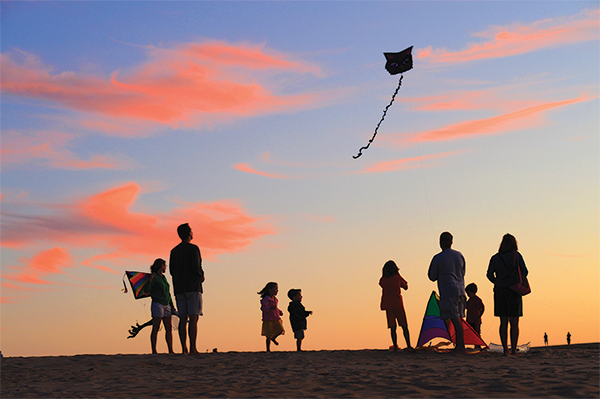 jockey-s-ridge-1-family-flying-kites-with-sunset-(1)